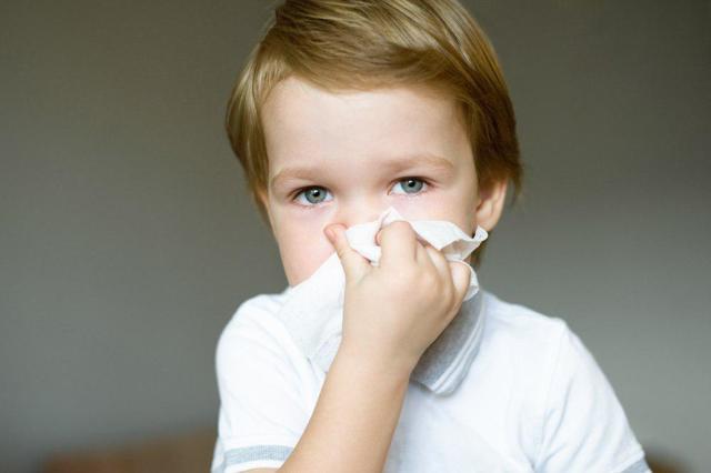 У ребенка ночью закладывает нос, он плохо дышит: почему и что делать