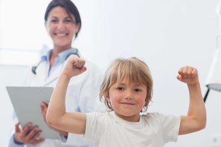Как отличить ангину от ОРВИ: в чем разница у взрослого и ребенка, ошибки в лечении