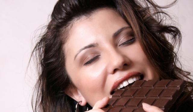 Почему во время месячных хочется сладкого, можно ли есть шоколад и мороженое